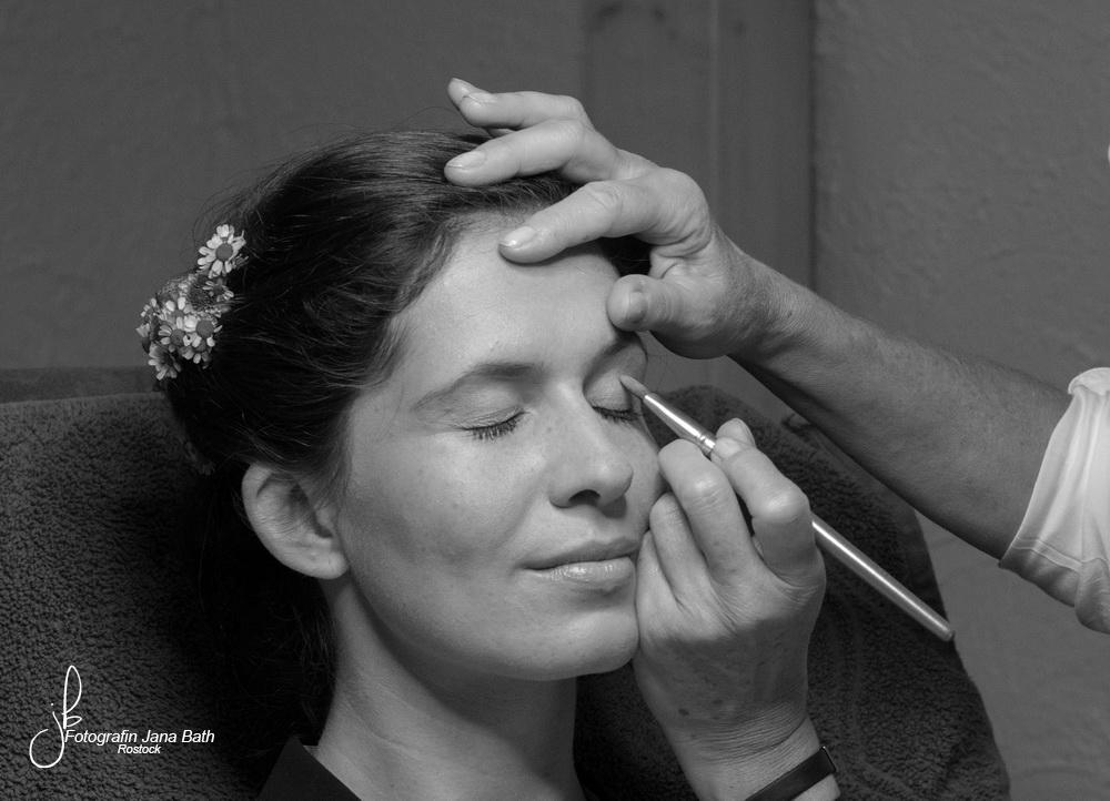 Letztes Striche, dann ist das Make up fertig.