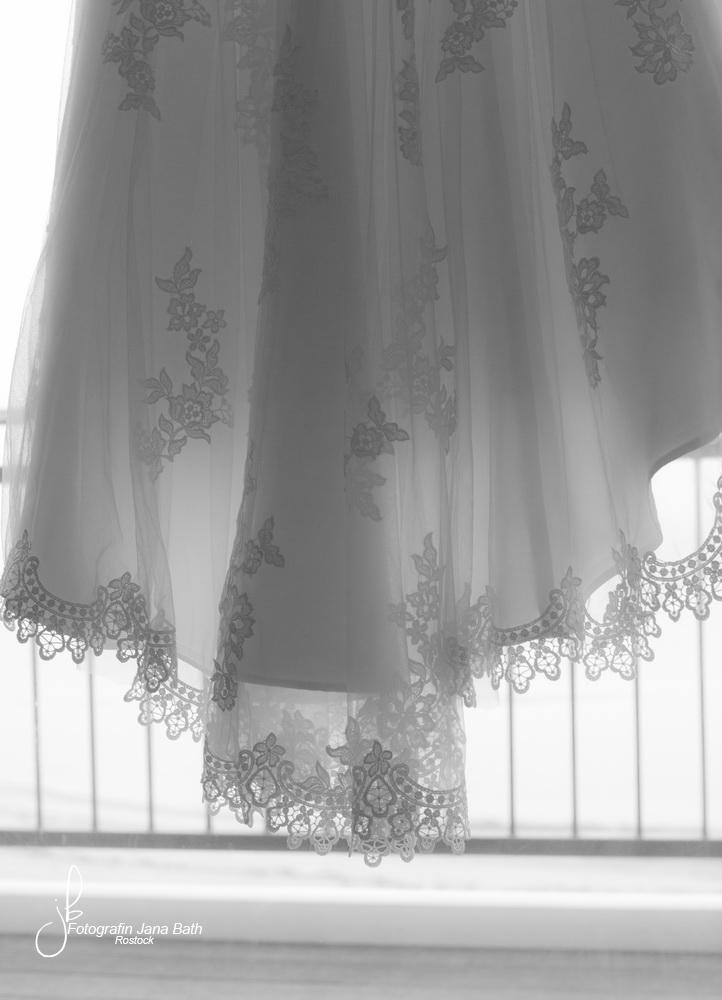 Da hängt es… im Hotelzimmer an der Balkontür, der Traum einer jungen Frau—