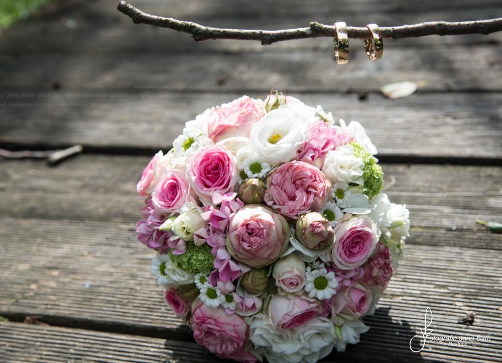 Hochzeitsstrauß und Ringe - Foto Jana Bath Rostock