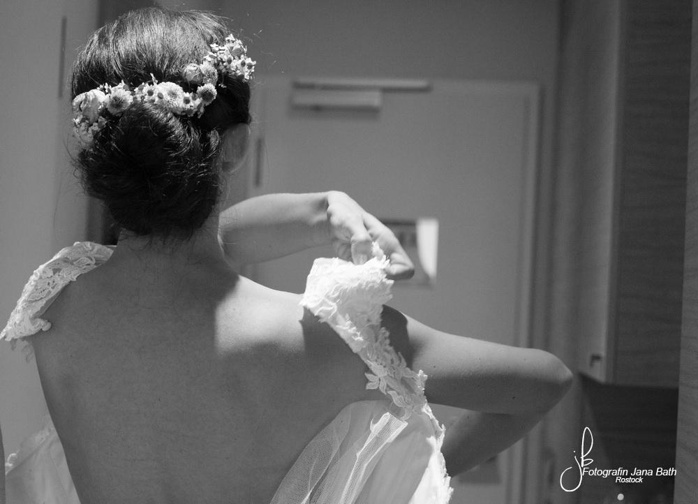 … das Brautkleid wird angezogen