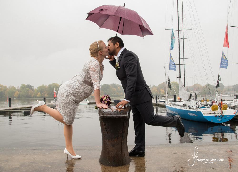 Brautpaar bei Regen im Stadthafen Rostock- Hochzeitsfotografin Jana Bath