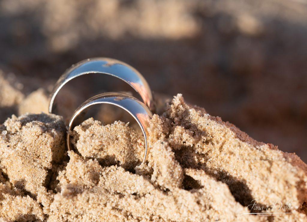 Eheringe im Sand, Foto Jana Bath 2020