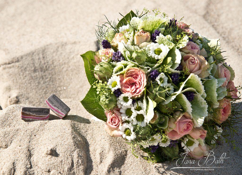 Hochzeitsfotografin Jana Bath, Eheringe im Sand