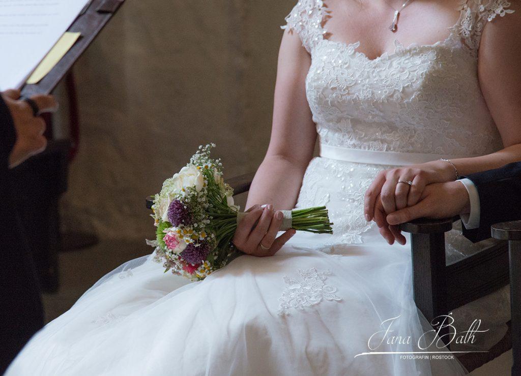 Brautpaar in der Kirche, Hochzeitsreportage, Jana Bath