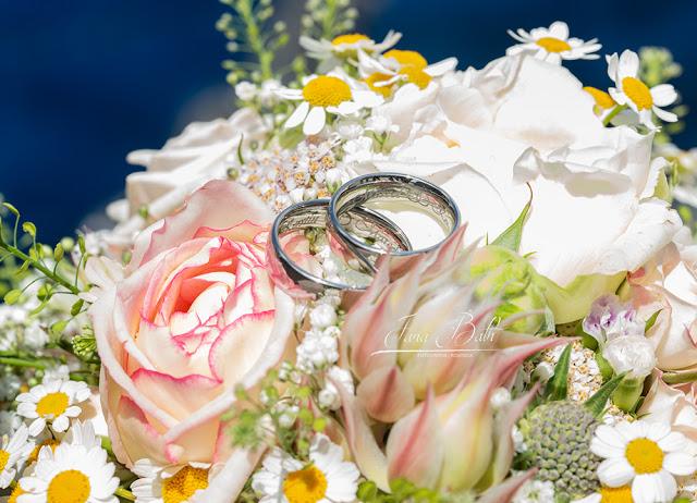 Trauringe im Brautstrauss - Hochzeitsfotografin Jana Bath