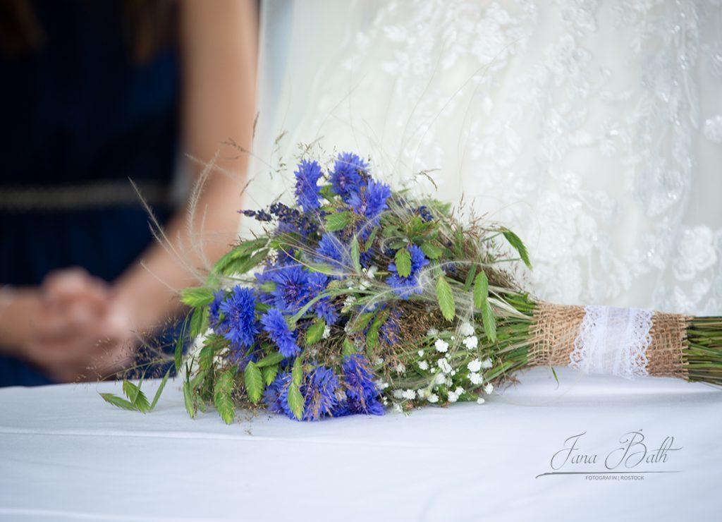 Brautfloristik, Wiesenblumenstrauss, Hochzeitsfotograf, Hochzeitsshooting, Rostock, Jana Bath
