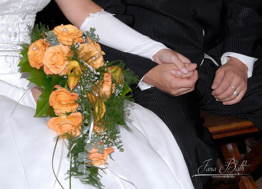 Wasserfallstrauß orange, Hochzeitsfotos Jana Bath